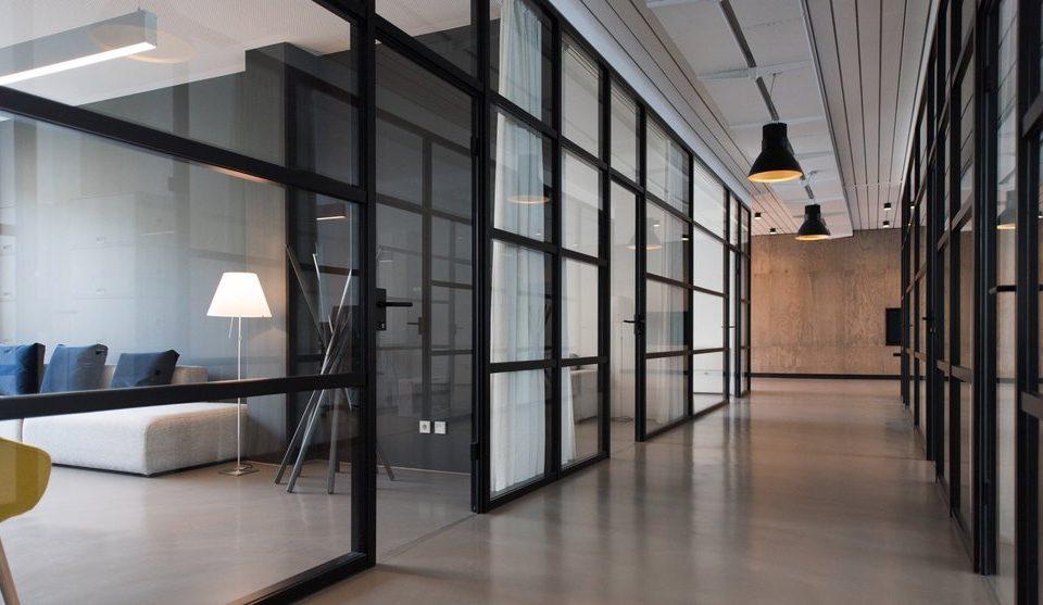 - WorkspaceCleanHallway 1 960x557 - Budućnost kancelarija je u fleksiblnosti